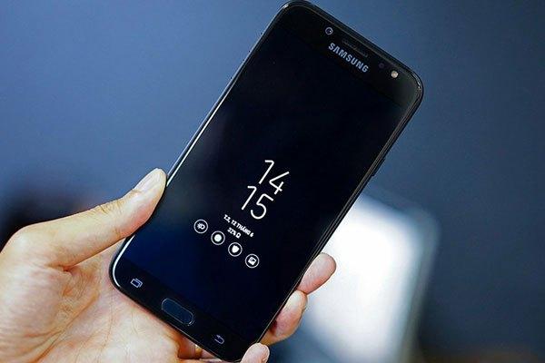 Điện thoại Galaxy J7 Pro sử dụng màn hình SuperAMOLED hiển thị màu đen rất sâu