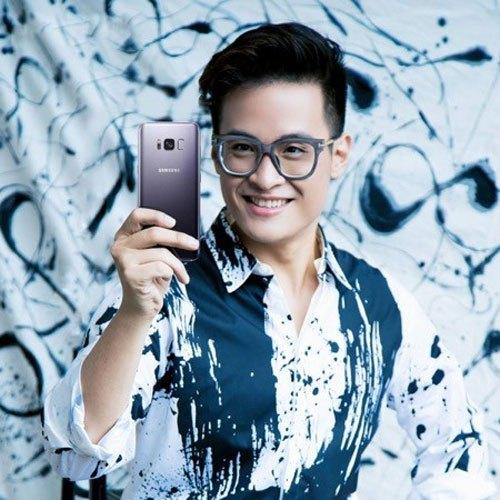 """Sắc Tím Khói không """"bánh bèo"""" đâu nhé! Các anh chàng cầm điện thoại Galaxy S8 Plus trên tay vẫn nam tính như thường"""