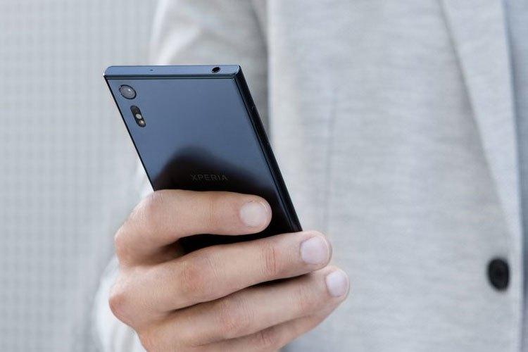 Kim loại ALKALEIDO™ tích hợp trên Sony Xperia XZ giúp điện thoại có vẻ ngoài bóng mượt hơn