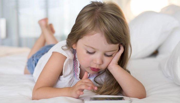 Dùng điện thoại di động cho trẻ em quá sớm là hại trẻ