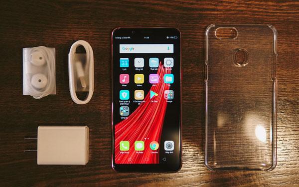 Bên trong hộp gồm chiếc smartphone OPPO F5 6GB, ốp lưng trong suốt, tai nghe, que chọc SIM, dây và củ sạc.