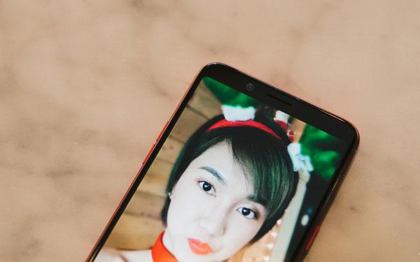 Phần viền cả trên và dưới đều được thiết kế mỏng, do đó điện thoại mặc dù sở hữu màn hình lớn nhưng kích cỡ chỉ bằng các thiết bị có màn hình 16:9 5.5 inch thông thường.