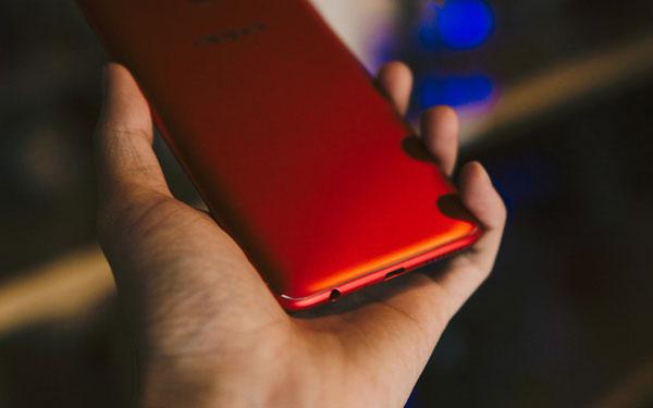 Điện thoại có 2 đường viền phân tách sóng dạng sợi chỉ rất nhỏ.