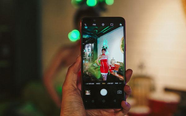 Camera chính cũng không thua kém khi sở hữu độ phân giải 16MP, khẩu độ f/1.8 giúp thu sáng tốt và lấy nét theo pha nhanh.