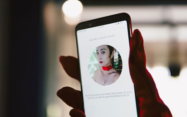 Tính năng nhận diện khuôn mặt cũng được tích hợp trên chiếc điện thoại OPPO này cho người dùng mở khóa máy nhanh hơn. Nhờchất lượng ảnh cao và góc chụp rộng rãi nên độ chính xác của hệ thống cũng được cải thiện.