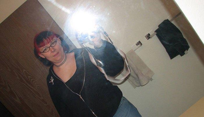 Thời trước cầm điện thoại chụp hình qua gương là thời trang quá luôn