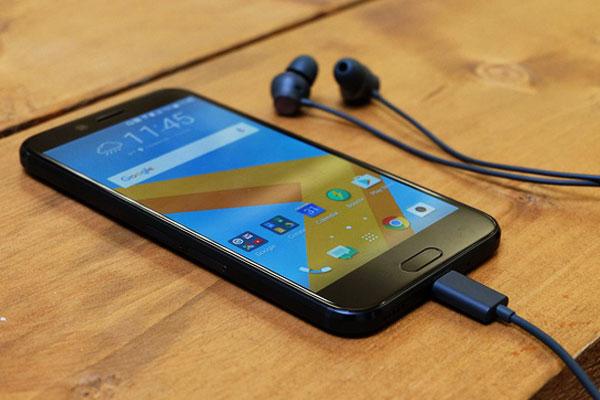 Đến năm 2017, chiếc HTC 10 Evo được hãng loại bỏ jack cắm 3.5mm