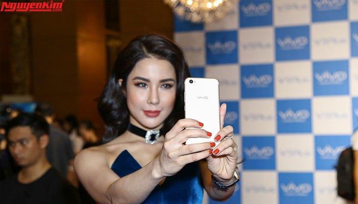 Diệp Lâm Anh selfie cùng Vivo V5 Plus
