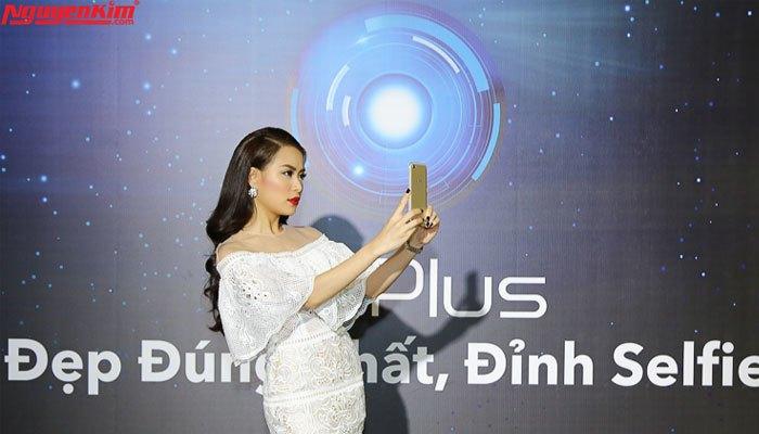 Hoàng Thùy Linh selfie cùng Vivo V5 Plus