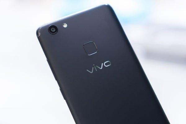 Thiết kế nguyên khối cứng cáp cùng góc bo tròn mềm mại tạo sự tinh tế cho tổng thể ngoại hình Vivo V7 Plus