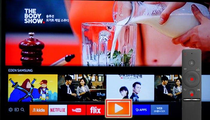 Bấm vào nút Home trên Smart tivi để vào kho ứng dụng