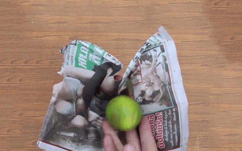 Xé tờ báo ra thành các miếng nhỏ đủ để bọc kín 1 quả chanh
