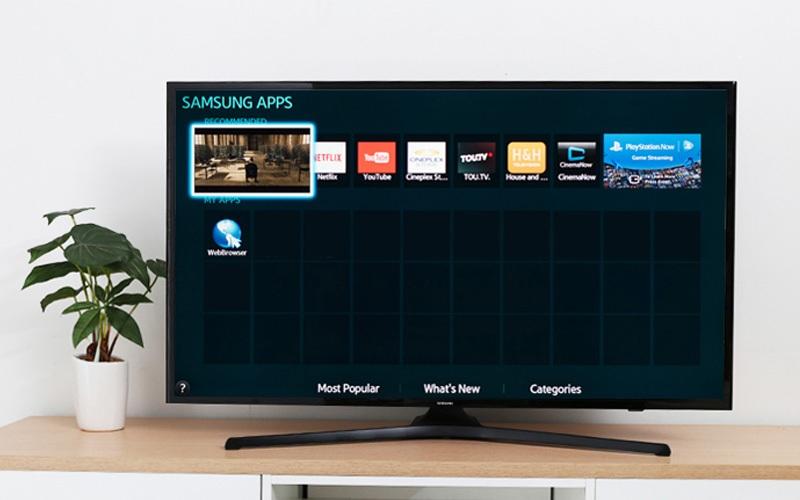 Internet TV có hỗ trợ kết nối mạng và tính năng chiếu màn hình điện thoại lên màn hình TV