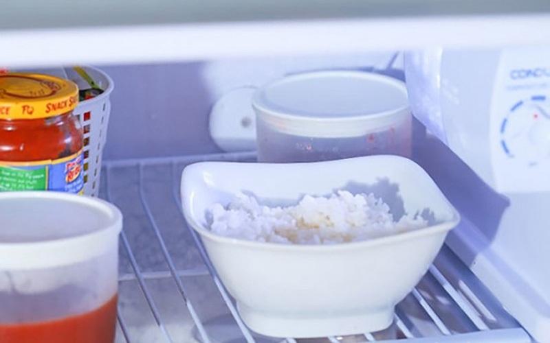 Để cơm lâu thiu, hãy cho hộp cơm thừa đậy kín vào ngăn mát tủ lạnh
