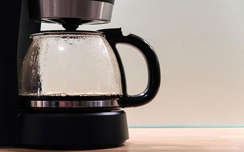 Đểlàm sạch bình cà phê, sử dụng nước đá, muối và chanh để xử lý nhanh chóng