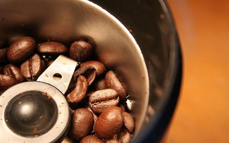 Sử dụng máy xay cà phê lâu ngày sẽ đóng một lớp cặn màu nâu