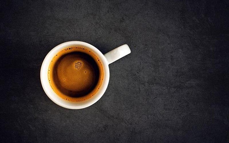 Tách trà và cà phê sau khi sử dụng sẽ đọng lại lớp ố màu nâu khó vệ sinh