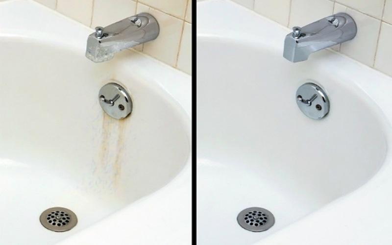 Dùng nửa trái chanh có rắc muối mịn lên trên, sau đó chà xát cặn bẩn trên đồ nội thất phòng tắm