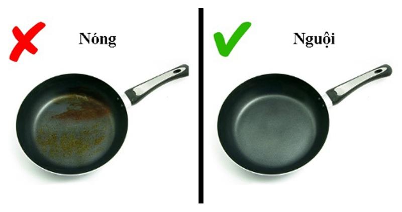 Đợi chảo nguội rồi mới rửa, điều này khiến giữ được bề mặt chảo không bị hư hỏng và làm sạch dầu mỡ dễ dàng hơn