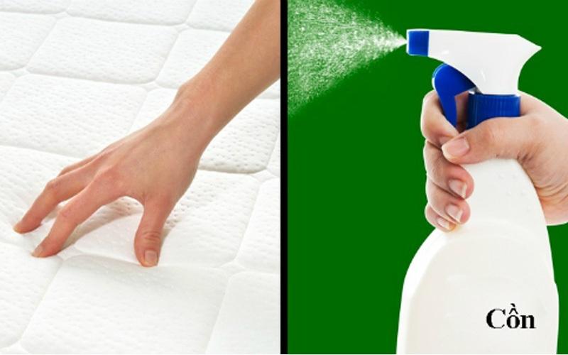 Sử dụng một bình xịt gồm 1 phần còn và 2 phần nước, xịt dung dịch đó lên tấm nệm và đợi khô