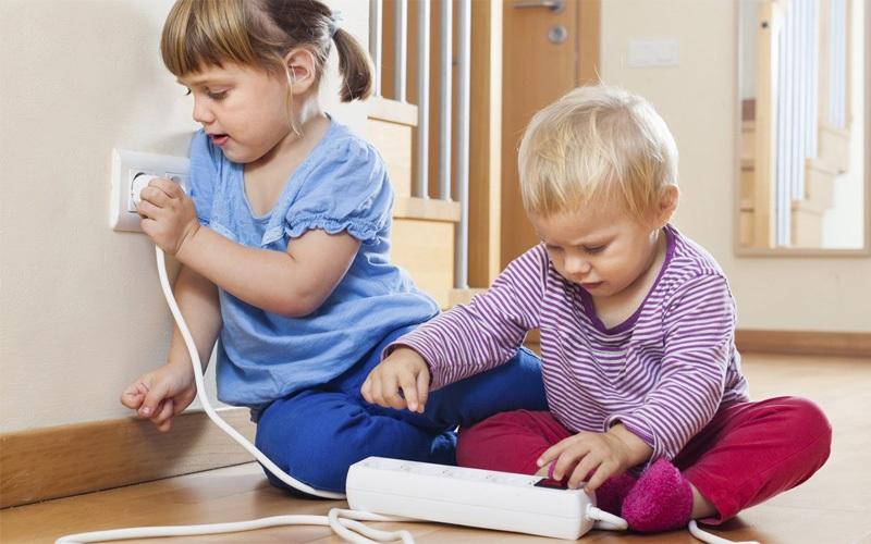 Chủ động phòng tránh nguy hiểm bằng cách để những ổ điện, thiết bị điện xa tầm của trẻ em