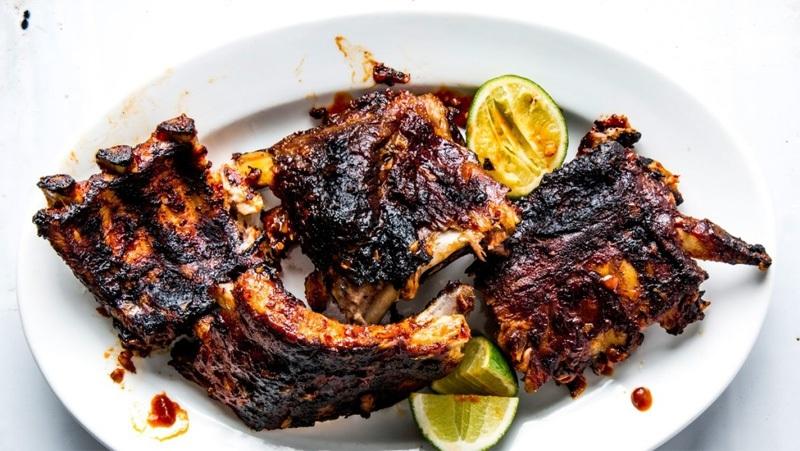 Rửa thịt bị cháy với nước để loại bỏ phần cháy và chế biến lại