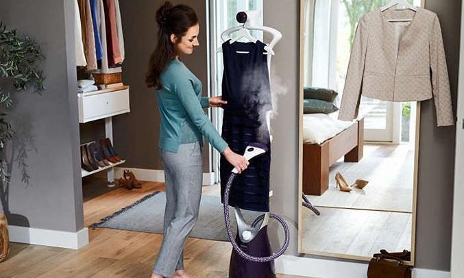 Bàn ủi Philips GC558 có móc treo Hang & Lock giúp cố định quần áo