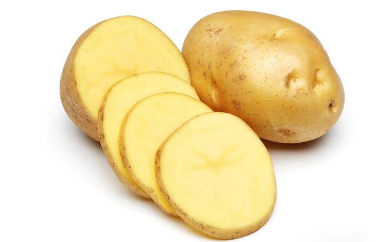 Cắt một vài lát khoai tây mỏng rồi chà xát lên vùng da thâm và nhiều sẹo sẽ giúp làn da của bé sáng hơn.