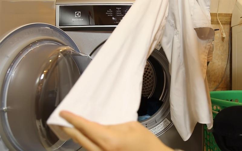 Máy sấy quần áo Electrolux 7.5 kg EDS7552S màu bạc xám quần áo thẳng đẹp như mới