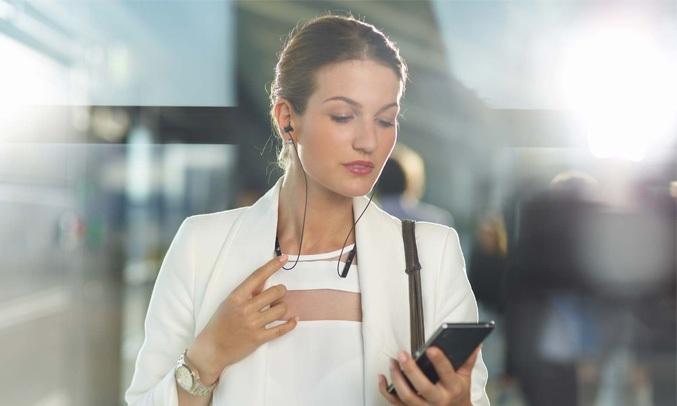 Tai nghe Sony WI-C400 màu đen có thông báo rung linh hoạt