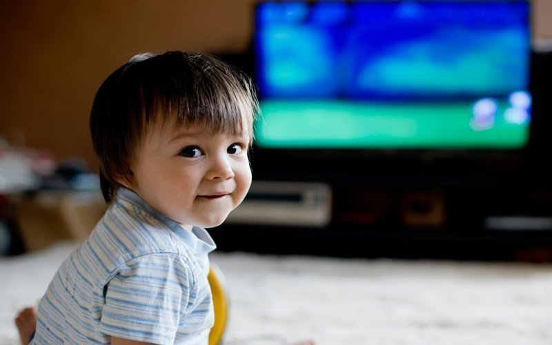 Không nên cho trẻ dưới 2 tuổi xem tivi