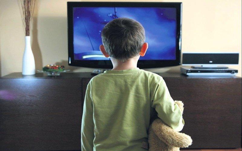 Không nên cho trẻ xem tivi quá gần