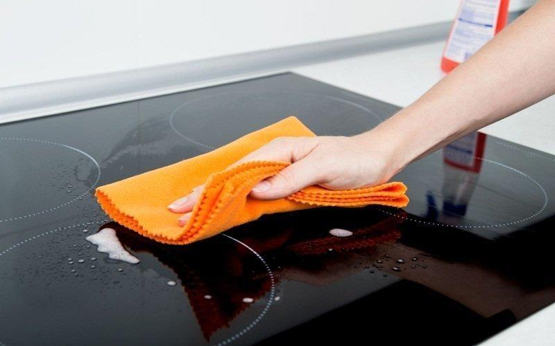 Dùng khăn mềm để mặt kính bếp hồng ngoại không bị trầy xước