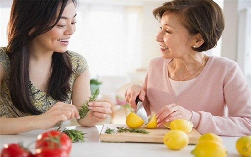 Làm bếp cùng mẹ chồng để cải thiện tình cảm