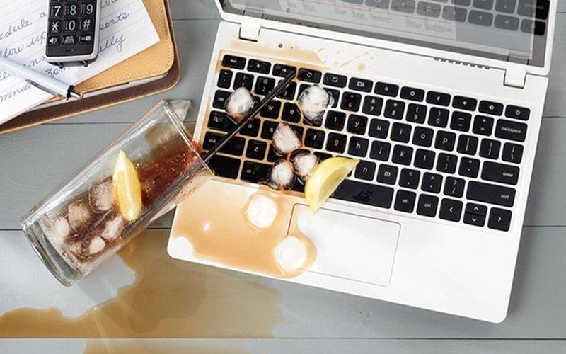 Không nên ăn uống ngay trước laptop