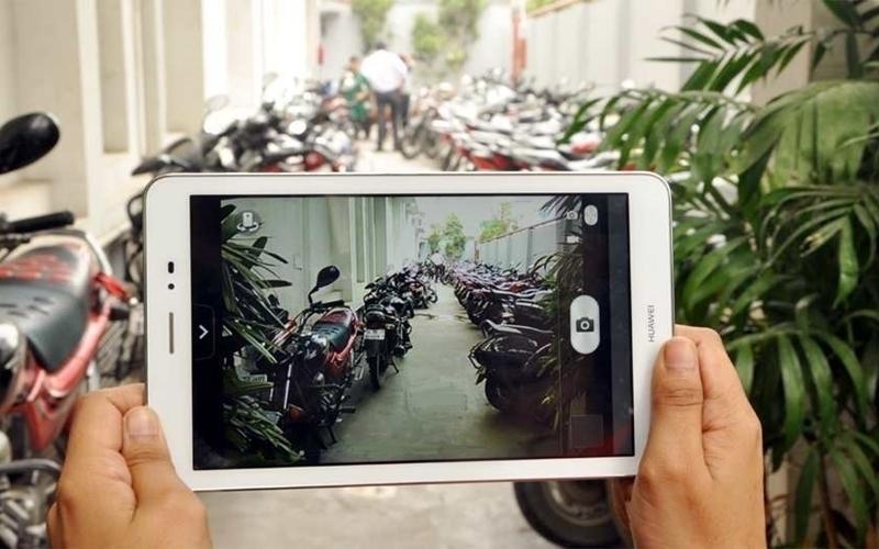 Cầm tablet chụp hình dễ làm bạn mỏi tay