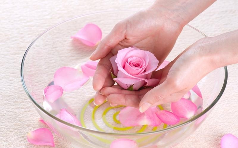 Chậu nước và ít cánh hoa vẫn luôn là mẹo được các mẹ truyền tai nhau