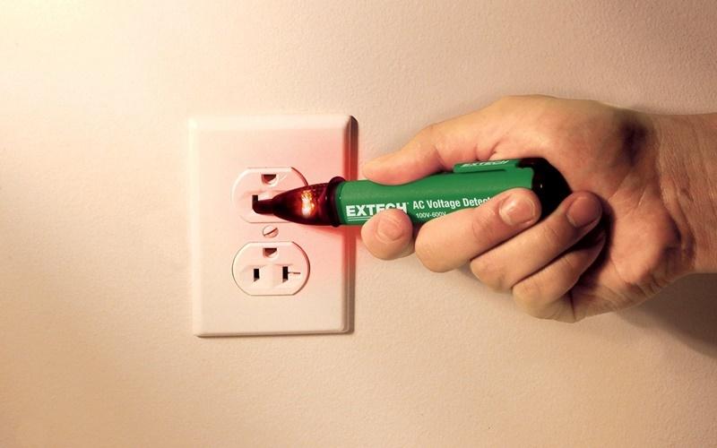 Nên dùng bút thử điện để kiểm tra nguồn điện