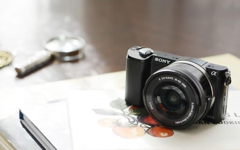 Máy chụp hình Sony khối lượng rất nhẹ
