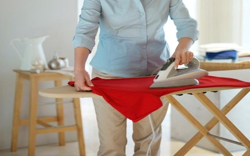 Là ủi quần áo là biện pháp làm khô nhanh gọn lẹ