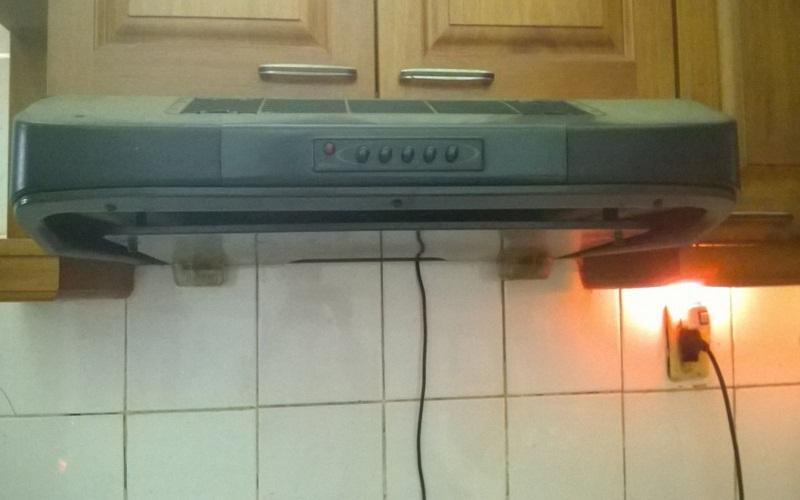 Chú ý cẩn thận với các đường dây điện và đường ống xung quanh máy hút mùi nhà bếp