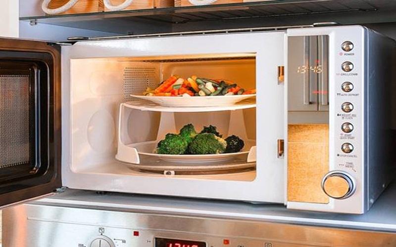 Dùng lò vi sóng nấu ăn sẽ nhanh hơn