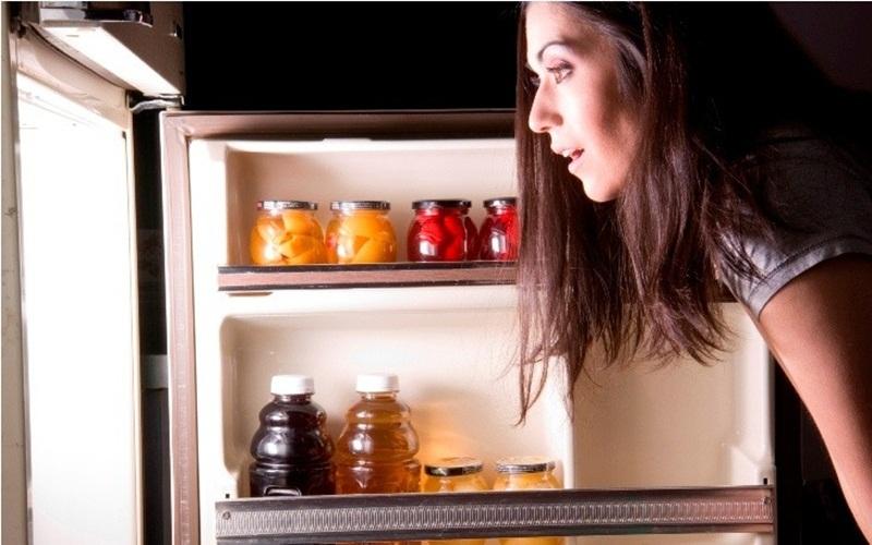 Kiểm tra tủ lạnh để không lãng phí khi đi chợ mua đồ ăn