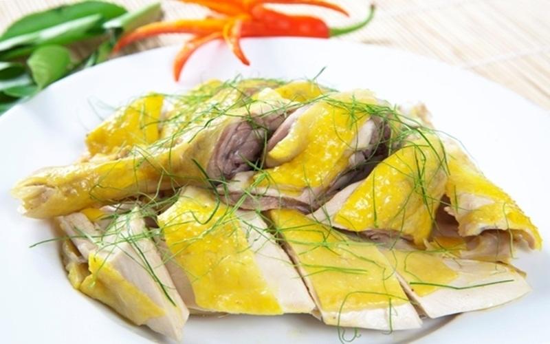 Món gà luộc vàng ươm ngon lành