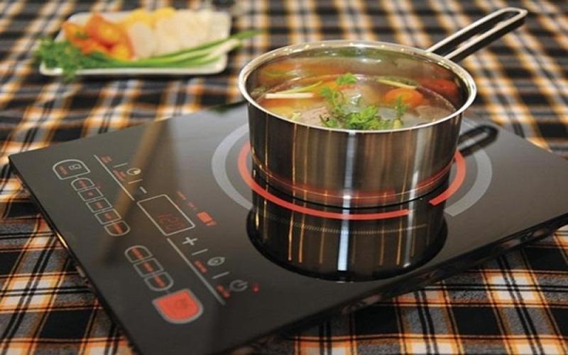 Tắt bếp điện trước vài phút khi nấu chín thức ăn sẽ giúp bạn tiết kiệm điện