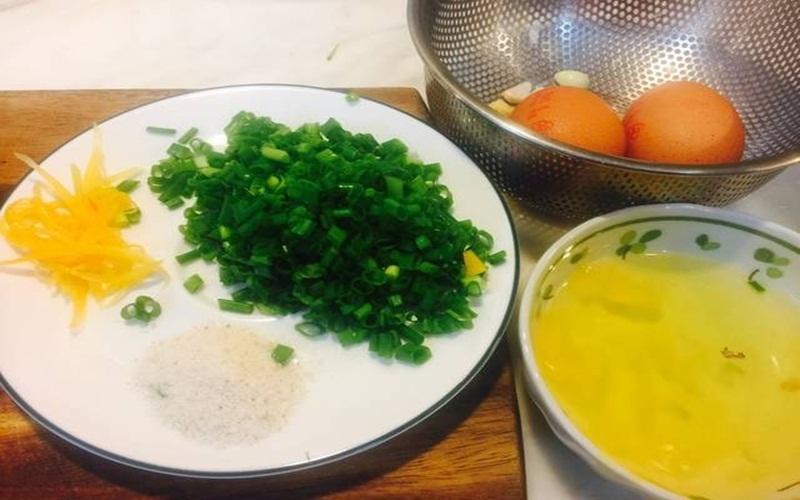 Nguyên liệu để chuẩn bị làm trứng chiên cuộn bằng chảo chống dính