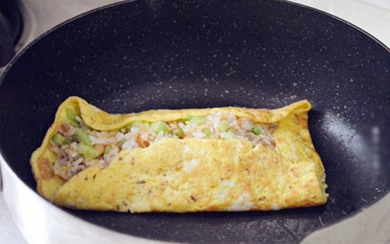 Làm trứng cuộn cơm vừa nhanh lại vừa ngon
