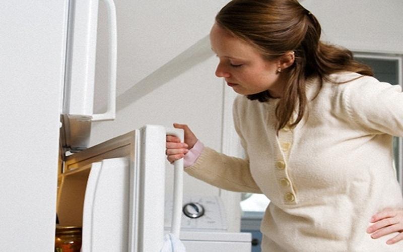 Thời tiết nóng, ẩm rất dễ làm tủ lạnh xảy ra tình trạng trên
