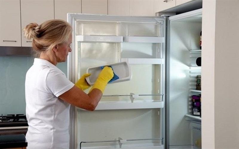 Nên thường xuyên dọn dẹp vệ sinh cho tủ lạnh sạch sẽ