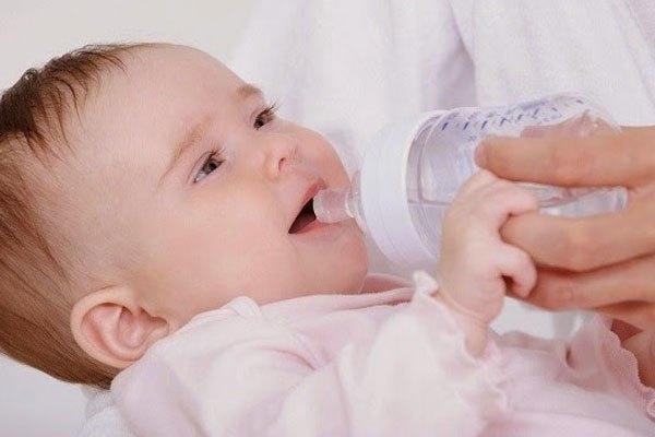 Cho trẻ uống nhiều nước khi nằm phòng máy lạnh để tránh suy nhược cơ thể